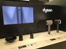Contador de Dyson em uma loja de Londres imagens de stock royalty free