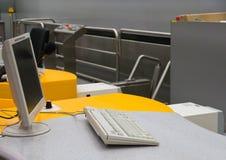 Contador de enregistramiento en el aeropuerto Fotografía de archivo libre de regalías