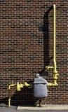 Contador de gas con el tubo amarillo Fotos de archivo libres de regalías