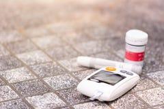 Contador de glucosa de sangre fotos de archivo libres de regalías