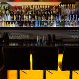Contador de la barra con las sillas en pub del salón Imagen de archivo libre de regalías