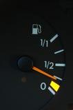 Contador de la gasolina que muestra la gasolina inferior Fotografía de archivo libre de regalías