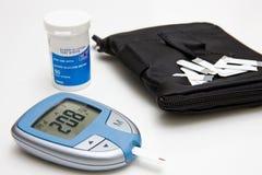 Contador de la glucosa, tiras de prueba y caso Imagen de archivo libre de regalías