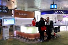 Contador de la información en el aeropuerto Singapur de Changi fotografía de archivo