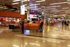 Contador de la información en el aeropuerto Singapur de Changi Imagen de archivo