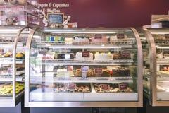 Contador de la panadería con los pasteles imagen de archivo