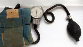 Contador de la presión arterial de la vendimia imagenes de archivo