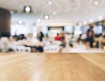 Contador de la sobremesa con la gente borrosa en restaurante Imagenes de archivo