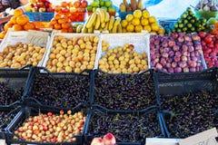 Contador de la tienda de la fruta y verdura de la calle con los cajones imagen de archivo libre de regalías
