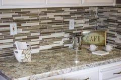 Contador de mármore decorativo com artigos modernos Fotografia de Stock Royalty Free