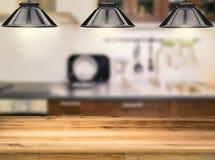 Contador de madeira com lâmpadas de suspensão Foto de Stock Royalty Free