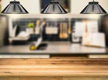 Contador de madeira com lâmpadas de suspensão Imagens de Stock