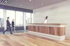 Contador de madeira da recepção, pessoa lateral Imagens de Stock Royalty Free