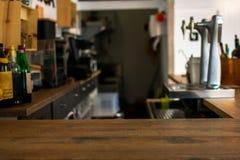 Contador de madeira do tampo da mesa com fundo defocused do restaurante, da barra ou do bar imagem de stock royalty free
