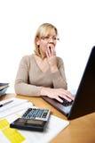 Contador de mulher amedrontado com os vidros que olham o portátil Imagem de Stock Royalty Free