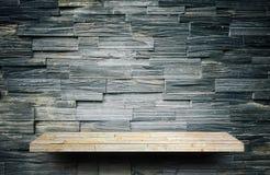 contador de pedra da prateleira da rocha no tijolo cinzento para o displa do produto fotografia de stock