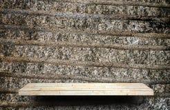Contador de piedra del estante de la roca en la roca gris para la exhibición del producto foto de archivo libre de regalías