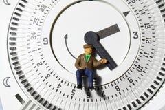 Contador de tiempo B del termóstato del hombre mayor Imagenes de archivo