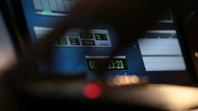 Contador de tiempo en la pantalla en estudio de los sonidos en la acción almacen de video