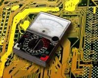 Contador de voltio en tarjeta de circuitos Imágenes de archivo libres de regalías