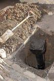 Contador del agua en un agujero en la tierra imagenes de archivo