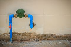 Contador del agua del vintage instalado con la junta de bronce, conne del codo del PVC Fotografía de archivo libre de regalías