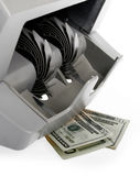 Contador del billete de banco y dólares de billetes de banco Fotos de archivo