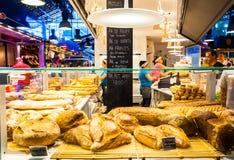 Contador del pan en el mercado en Barcelona Imagen de archivo libre de regalías