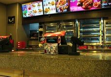 Contador delantero de los alimentos de preparación rápida de KFC en la alameda de Dataran Pahlawan en Bandar Hilir, Melaka fotos de archivo