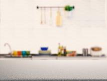 Contador do granito com fundo da cozinha imagem de stock
