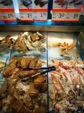 Contador do marisco do serviço do auto no supermercado gourmet Foto de Stock