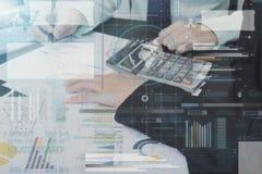 Contador do negócio com o gráfico da tecnologia do original financeiro Foto de Stock Royalty Free