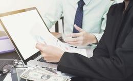 Contador do negócio com o gráfico do original financeiro e o computador Imagens de Stock