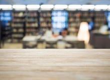 Contador do tampo da mesa com fundo borrado das livrarias imagem de stock