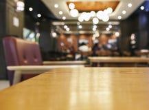 Contador do tampo da mesa com fundo borrado do café do restaurante da barra foto de stock