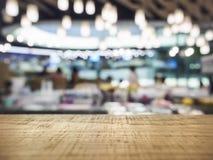 Contador do tampo da mesa com iluminação borrada do restaurante da barra Foto de Stock Royalty Free