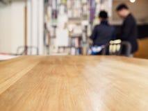 Contador do tampo da mesa com interior do café de Barista People do borrão Fotografia de Stock Royalty Free