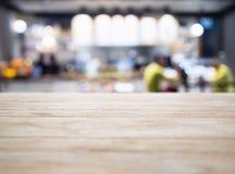 Contador do tampo da mesa com a loja do restaurante dos povos do borrão que ilumina-se para trás fotografia de stock royalty free