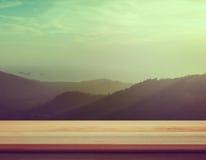 Contador do tampo da mesa com pico de montanha borrado - bom usado para pre imagens de stock