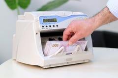 Contador electrónico del dinero en circulación - 500 billetes de banco euro Fotografía de archivo libre de regalías