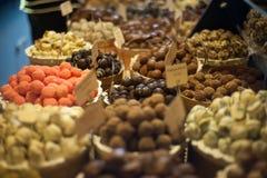 Contador grande con los caramelos de chocolate Fotografía de archivo libre de regalías
