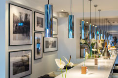 Contador moderno da barra na área da sala de estar da barra Fotos de Stock Royalty Free