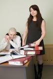 Contador y la secretaria en un lugar de trabajo Fotos de archivo libres de regalías