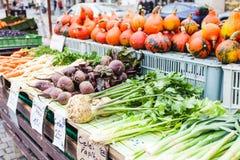 Contadores com os legumes frescos no mercado de rua em Praga Fotografia de Stock Royalty Free