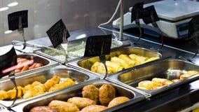 Contadores con los platos de la carne en un café Imagen de archivo libre de regalías