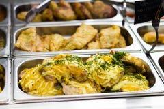 Contadores con los platos de la carne en un café Fotografía de archivo