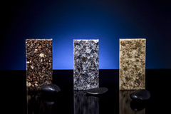 Contadores de cozinha luxuosos feitos da pedra do granito, do mármore e do quartzo com fundo azul Conceito da bancada da cozinha Fotografia de Stock Royalty Free