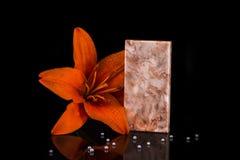 Contadores de cozinha vermelhos luxuosos feitos do mármore com fundo Conceito de mármore da bancada Imagem de Stock Royalty Free