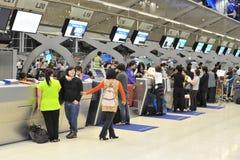 Contadores de enregistramiento del aeropuerto Foto de archivo libre de regalías