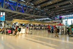 Contadores de enregistramiento en el nuevo aeropuerto de Bangkok Fotos de archivo libres de regalías
